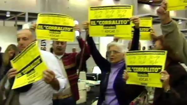 Afectados por las preferentes increpan al presidente de Bankia