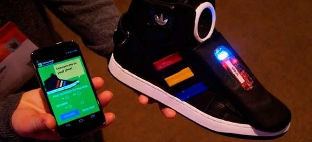 Google muestra unas zapatillas deportivas de alta tecnología que hablan a su propietario