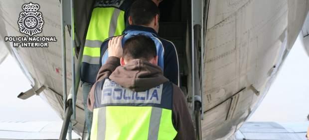 Extranjeros expulsados en avión