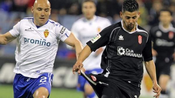 Movilla, del Real Zaragoza, pugna con Nolito, del Granada.