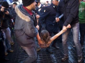Una activista de Femen se desnuda tras el inicio del cónclave