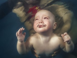 Un bebé aprende a nadar