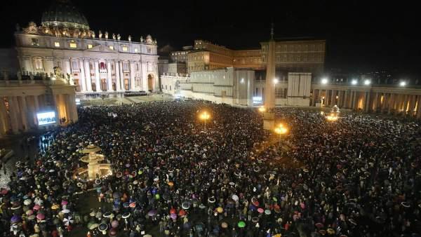 Miles de fieles saludan al nuevo papa