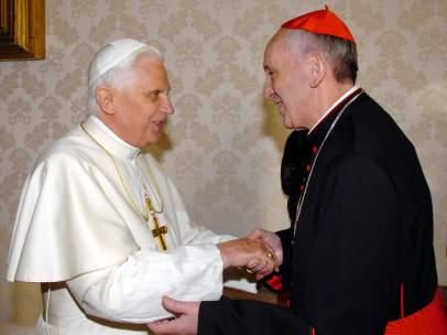 El papa Benedicto XVI y su futuro sucesor Jorge Mario Bergoglio