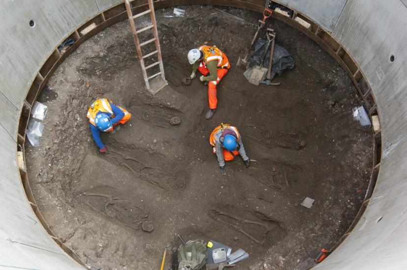 Hallan 13 cuerpos de la época de la peste negra en Londres