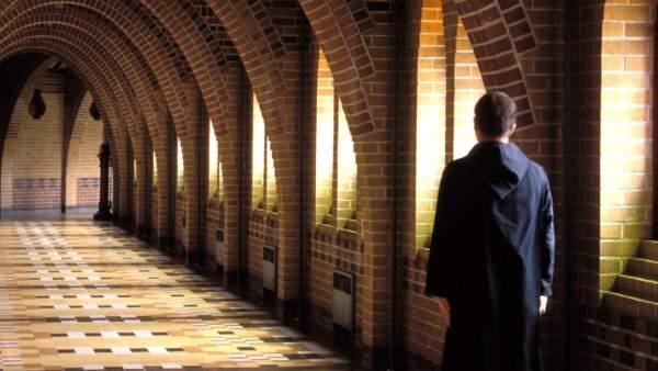 Un religioso pasea por un convento.