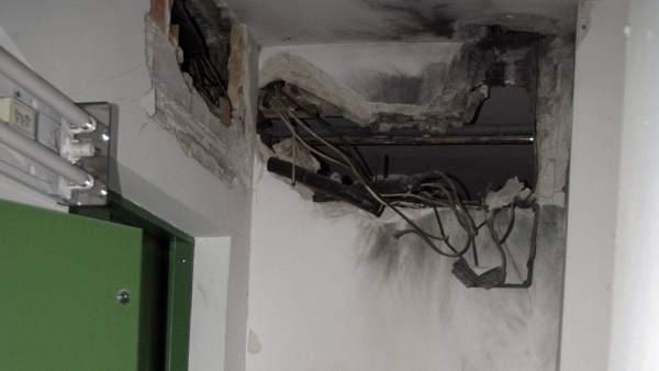 Un rayo entra en una casa por la antena de la televisi n y for Partes del techo de una casa