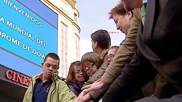 Varios participantes en el flashmob solidario organizado por Down España en la Plaza madrileña de Callao, con motivo del Día Mundial del Síndrome de Down.