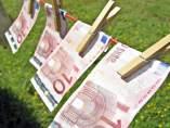 Billetes de euros tendidos