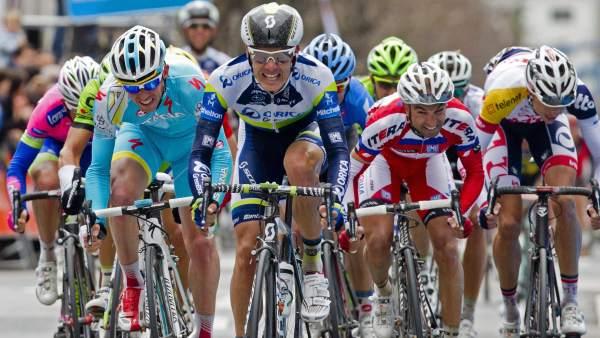 Daryl Impey gana al sprint en Vitoria