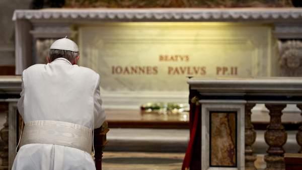 El papa se arrodilla ante Juan Pablo II