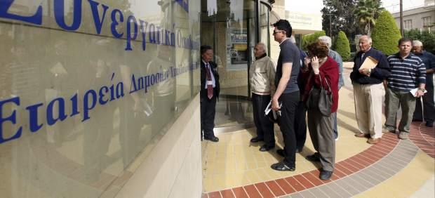 Colas en los bancos de Chipre