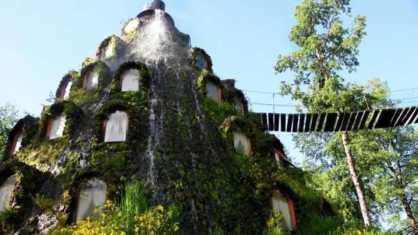 Un hotel dentro de una monta a y con una cascada en la fachada for Hoteles con habitaciones para cinco personas