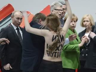 Activistas de Femen protestan ante Putin y Merkel
