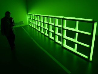 Repetición de luces verdes fluorescentes