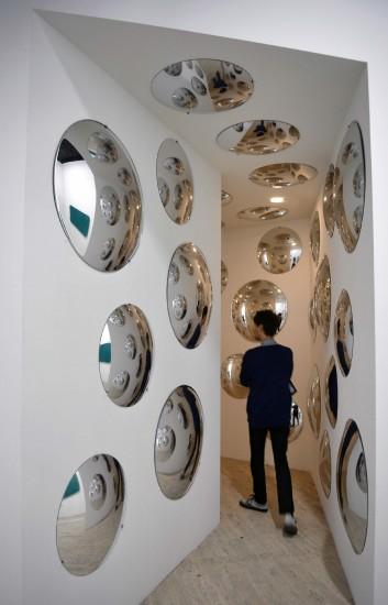 espejo espejos redondos sobre una pared blanca