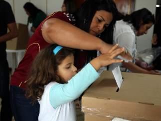 Madre e hija depositan el voto