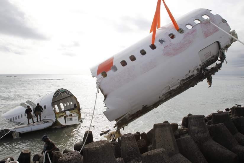 Rescatan los restos del avión siniestrado en Bali