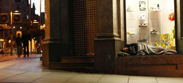 Un indigente en un escaparate