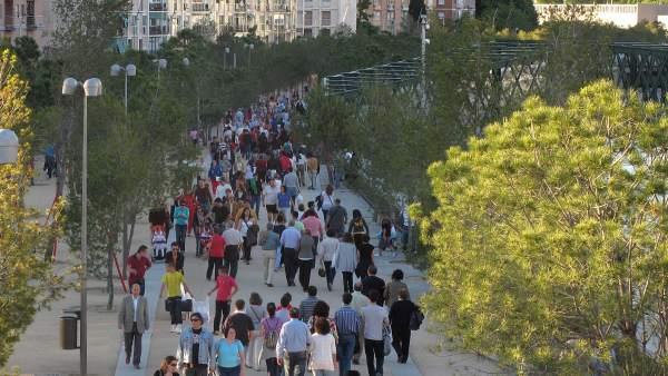 Vecinos de la capital, paseando, en una imagen de archivo