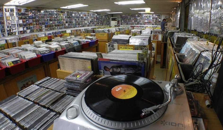 Las peque as tiendas de discos resisten como pueden a la for Donde venden vinilos para pared