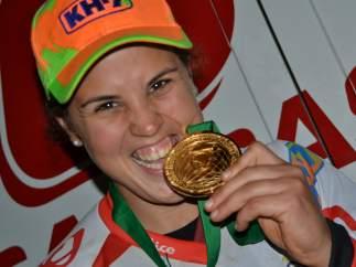 Laia Sanz, con su medalla de oro