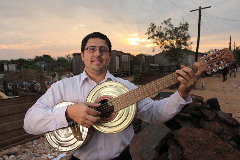 Favio Chávez, director de la Orquesta de Instrumentos Reciclados deCateura