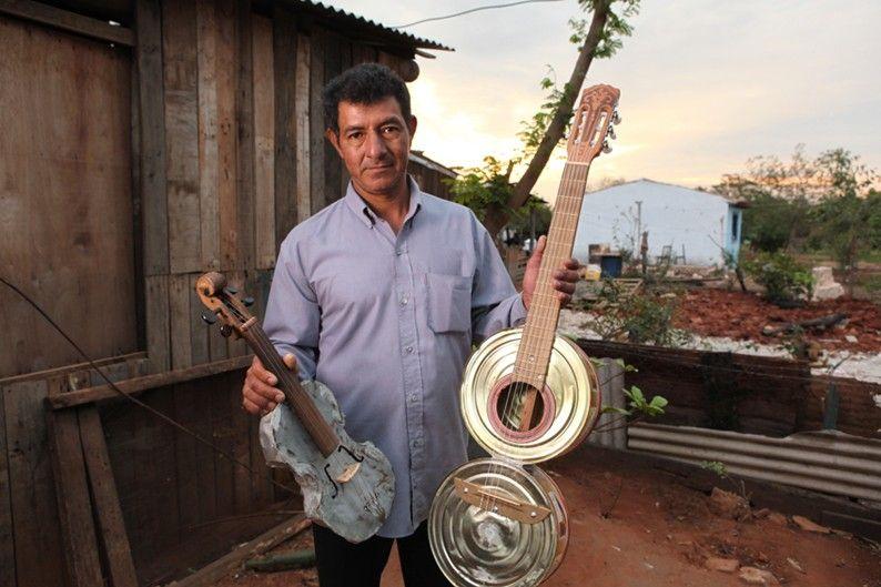 Nicolás Gómez, fabricante de instrumentos con materiales que encuentraen el vertedero de Cateura