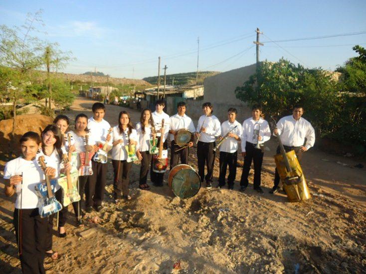 Los niños de la Orquesta de Instrumentos Reciclados de Cateura
