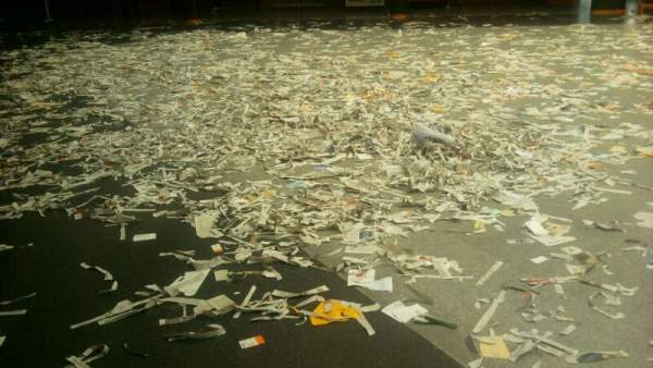 Facultad de Ciencias Económicas de la Complutense, llena de basura por la huelga de limpieza