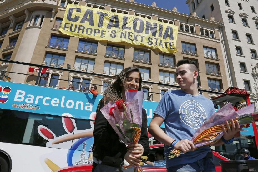 Una pareja disfruta de la tradición de Sant Jordi