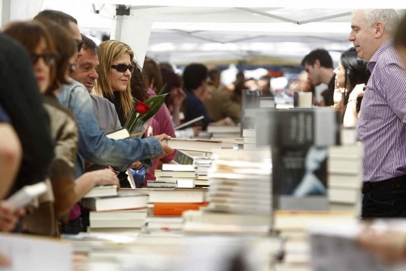 Montañas de libros en la Rambla de Barcelona. Vista de una parada de venta de libros en la Rambla de Barcelona durante la Diada de Sant Jordil.
