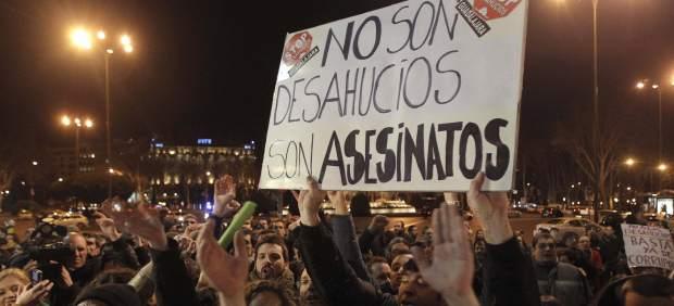 Manifestación frente al Congreso de los Diputados para protestar por los desahucios.