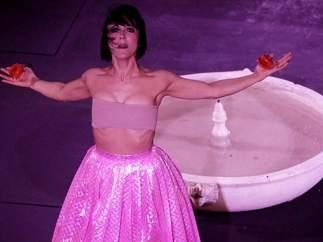 Momento del espectáculo en el que aparece el vestido de Agatha Ruiz de la Prada