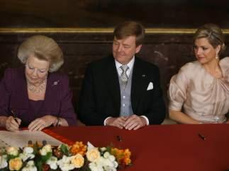 Beatriz de Holanda firma la abdicación