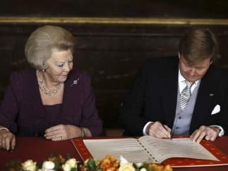 El príncipe Guillermo-Alejandro firma el acta de abdicación