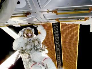 Astronauta frente a un panel solar en la ISS