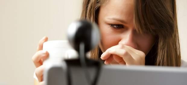 Una mujer es observada con una webcam
