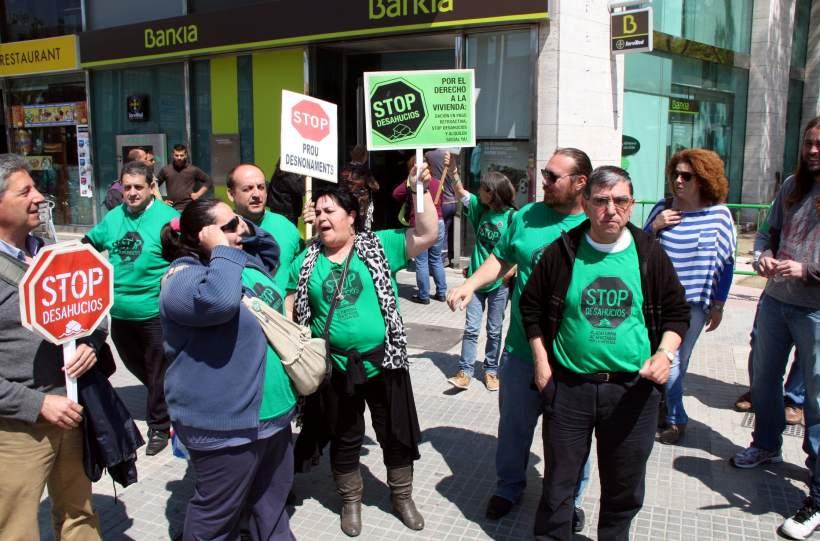 Activistas de la pah ocupan 12 oficinas de bankia en for M bankia es oficina internet