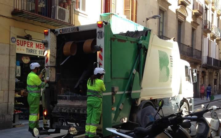 Los barrenderos de barcelona se cubren la cabeza con casco - Agencias de limpieza barcelona ...