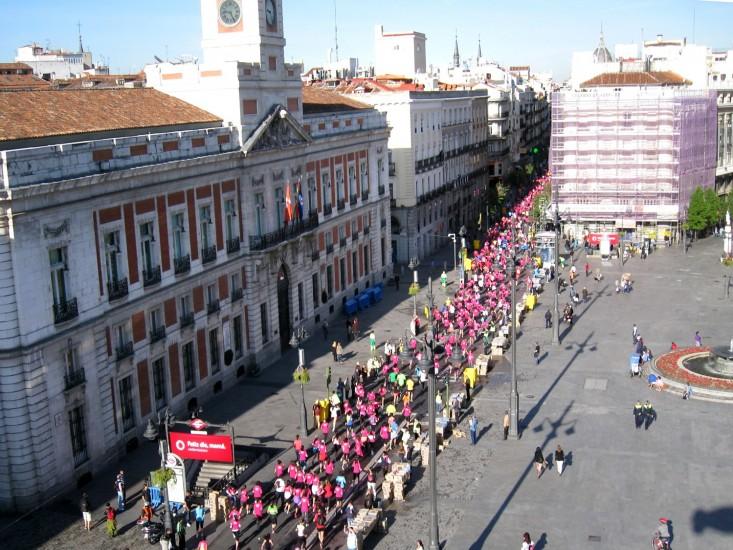 La marcha avanza por la Puerta del Sol. Imagen de la X Edición de la Carrera de la Mujer a su paso por la Puerta del Sol.