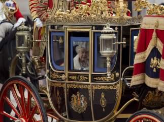 La reina Isabel II a su llegada al parlamento de Londres