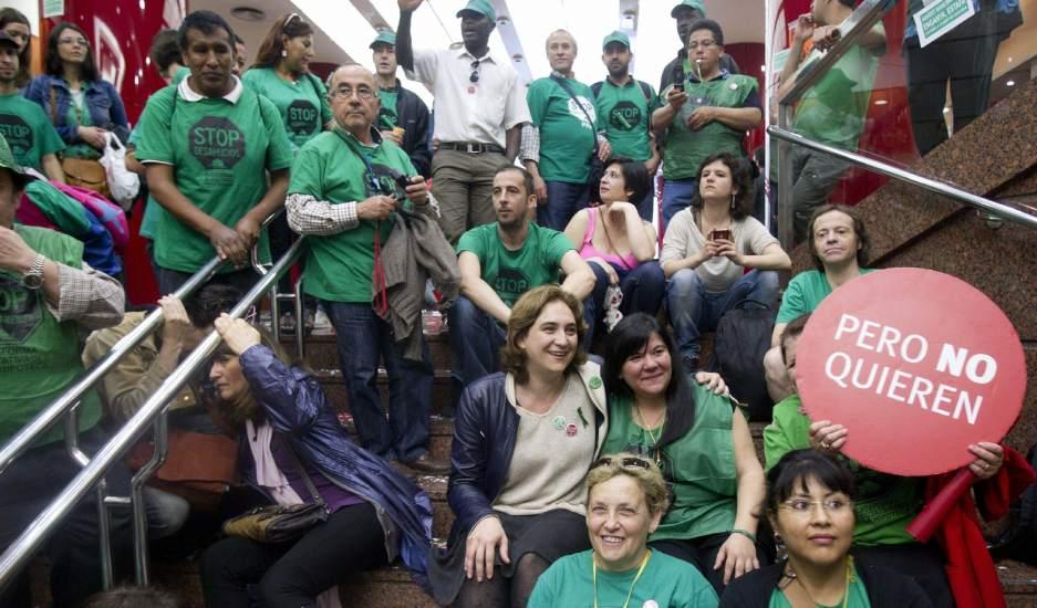 Decenas de miembros de la pah ocupan la sede central del for Oficinas banco popular barcelona
