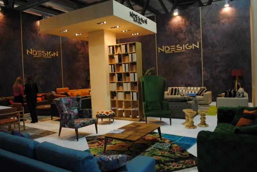 En la variedad está el gusto. Coloridos sillones y sofás de terciopelo de la marca NDESIGN expuestos en el Salón Internacional del Mueble de Milán.