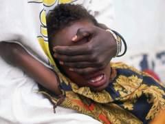 Un niño de 6 años grita mientras le hacen la circuncisión en Somalia.