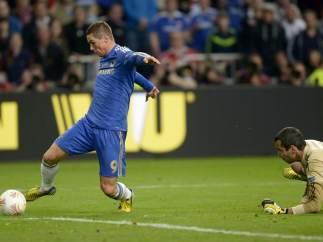 Fernando Torres, a punto de marcarle un gol al Benfica en la final de la Europa League