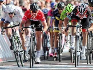 Mark Cavendish gana su cuarta etapa del Giro al sprint en Cherasco