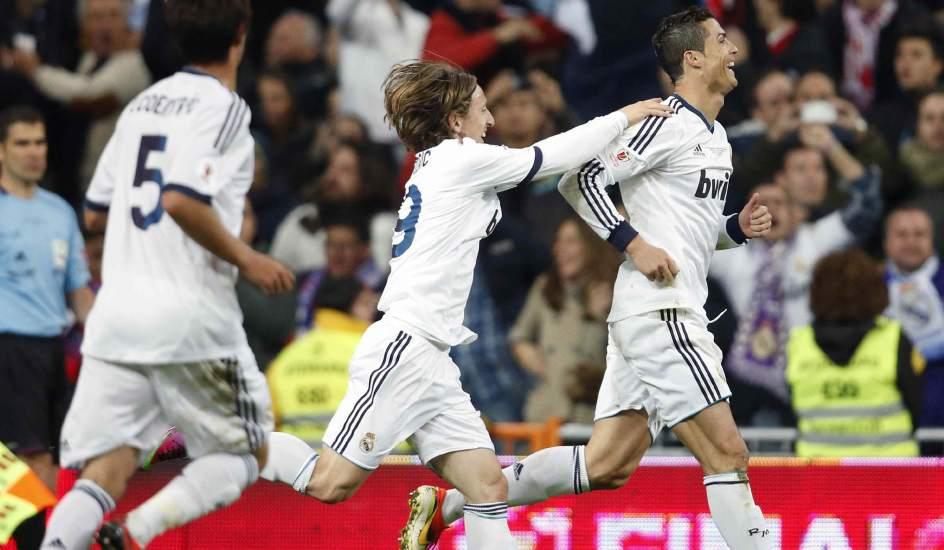 Jugadores del Madrid celebran un gol