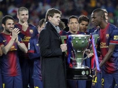 Abidal y Vilanova con el trofeo de la Liga