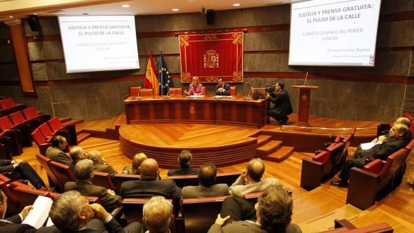 Conferencia sobre la relevancia de la prensa gratuita en la sede central del Consejo del Poder Judicial